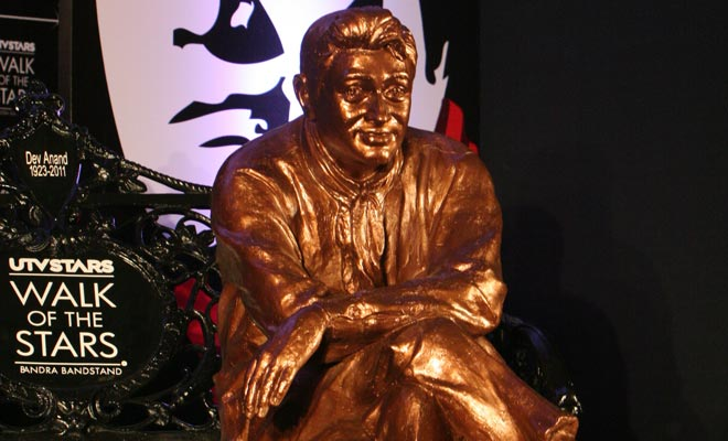 Brass statue of screen legend Dev Anand was unveiled at the Bandra Bandstand Promenade in Mumbai.