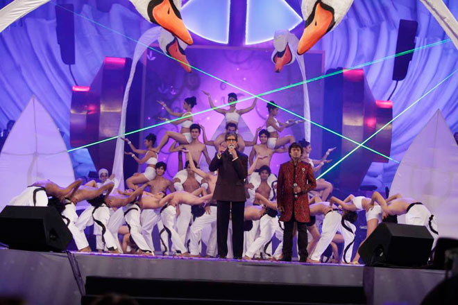 Amitabh Bachchan, Sonu Nigam and Shaan sang live at the 'Global sounds of peace' organised by musician Aadesh Srivastava. Take a look.