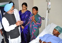PM Manmohan Singh visits Hyderabad blast sites, expresses solidarity with blast victims
