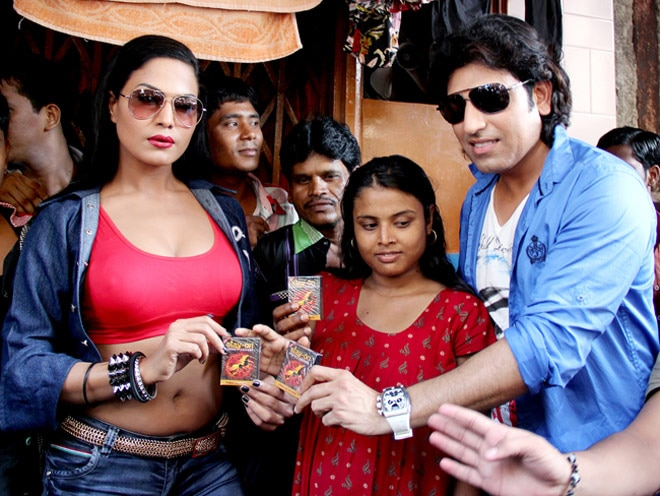 Veena Malik promotes Zindagi 50-50 in red light area, distributes