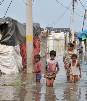 Overflowing Yamuna goes deep inside Jamia Nagar tenements forcing people out of their homes.