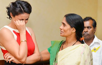 Gul Panag breaks down while meeting the mother of Delhi rape victim.