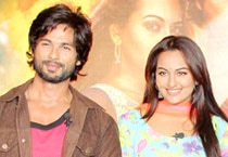 "Shahid Kapoor, Sonakshi Sinha and Sonu Sood at the trailer launch of ""R...Rajkumar""."