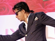 Down with fever SRK lives his 'Express' ride again, apologises for not being punctual