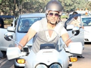 Akshay attracts loyal fans at Ride for Safety rally