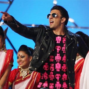 Shah Rukh Khan, Ranveer Singh and Kareena Kapoor perform at Umang 2014