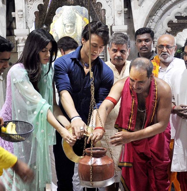 Kriti Sanon and Tiger Shroff offering prayers at the Babulnath temple