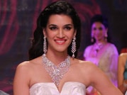 Kriti Sanon sizzles the ramp at IIJW on Day 3