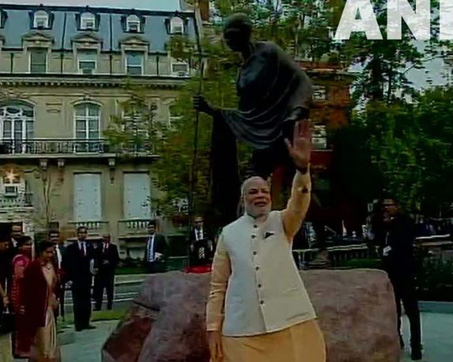 Prime Minister Narendra Modi arrived early on Tuesday morning at the Mahatma Gandhi statue located in front of the Indian Embassy in Washington DC to pay tribute.