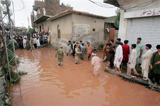 Pakistani army troops rescue local residents