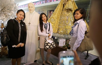 """People take selfies with """"the Pope"""" at a mall in Manila"""