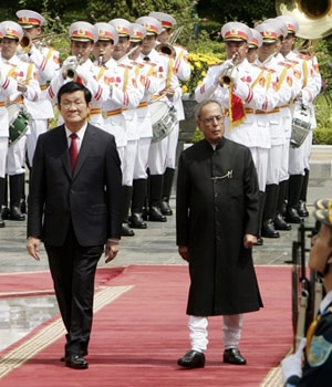 President Pranab Mukherjee, right, and his Vietnamese counterpart Truong Tan Sang