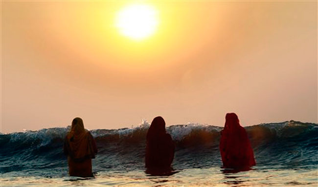 Hindu women offering prayers