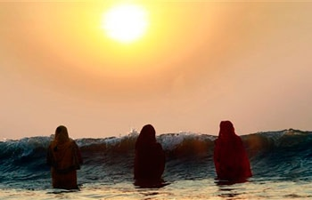 Hindu women offering prayers
