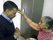 Mother blesses Kejriwal before oath taking ceremony