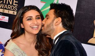 While Ranveer Singh was seen spending some time with Parineeti Chopra, Arjun Kapoor was wearing red heels at the red carpet. Zee Cine Awards 2016 was a star-studded night.
