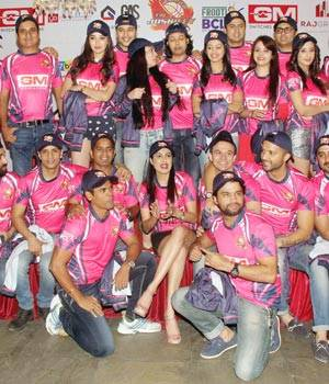 Kamya Punjabi unveiled her team Jaipur Joshiley's jersey on Tuesday night amid much fan fare. Take a look.