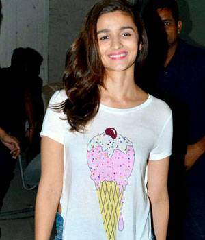 While Alia Bhatt was spotted outside a studio in Mumbai, Randhir Kapoor and Rajeev Kapoor were clicked at their felicitation ceremony.