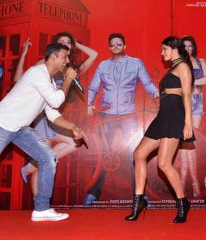 After the success of Pyaar De Maa Di, team of Housefull 3 have launched their next song, Taang Uthake, amidst fans in Mumbai. The film stars Akshay Kumar, Jacqueline Fernandez, Riteish Deshmukh, Abhishek Bachchan, Nargis Fakhri and Lisa Haydon.