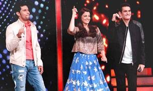 Aishwarya Rai impressed everyone by dancing to the tunes of her hit numbers like Dhoom Machale and Dola Re on Zee TV's Sa Re Ga Ma Pa. The actress appeared on the show along with Randeep Hooda and Omung Kumar to promote Sarbjit. Check out the pics.