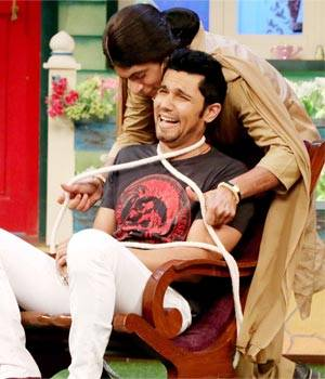 Of late, the celeb guests of TKSS are proving to be serious competition for Kapil Sharma and his team. Need proof? Look at this still from the shoot where Randeep hooda is sharing some fun moments with comedian Sunil Grover and others on The Kapil Sharma