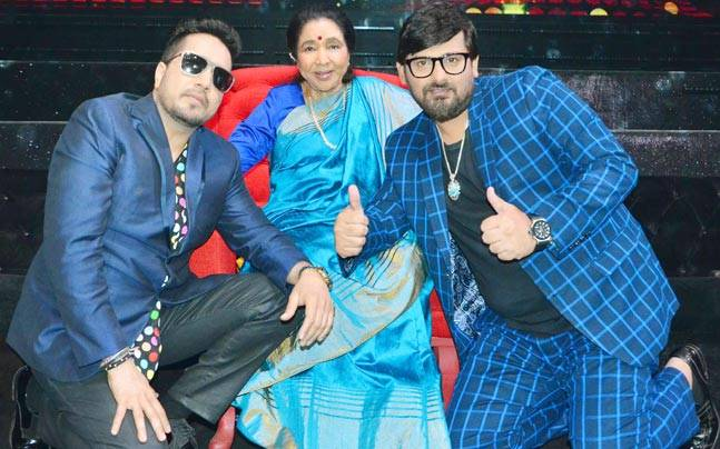 Singing legend Asha Bhosle visited the sets of Zee TV's Sa Re Ga Ma Pa on the occasion of World Music Day. Check out pictures.