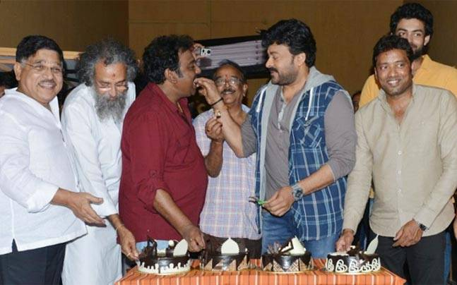 Megastar Chiranjeevi, who is making his comeback in Tollywood with the Telugu remake of Kaththi, looked dashing on the sets of the upcoming film. The film is tentatively titled Kathilantodu and the makers are still hunting for a female lead.