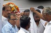 Abhishek Bachchan, Akshay Kumar and Sanjay Kapoor came down to Surendra Shetty's funeral, who is now survived by his two daughters Shamita and Shilpa, and wife Sunanda Shetty.