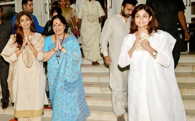 From Amitabh, Jaya and Aishwarya to Rishi and Neetu Kapoor, Bollywood attended a prayer meeting held in the memory of Shilpa Shetty's father's demise.