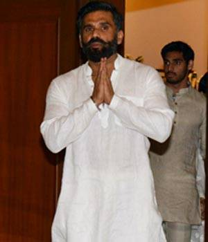 Bollywood celebrities descended at Nehru Center in Worli, Mumbai to mourn Veerapa Shetty, father of Suniel Shetty yesterday. Veerapa, 93 years old, recently passed away. Here are the pictures from the gathering.