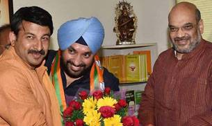 Arvinder Singh Lovely (Centre)