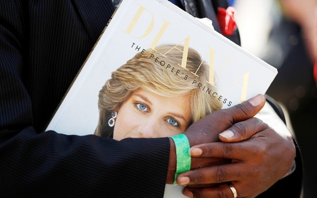 People in Britain paid homage to 'the people's princess' to mark her 20th death anniversary. From dawn till dusk, Diana fans gathered outside Kensington Palace in London, which was her former residence.