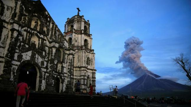 Philippines orders evacuation as thousands flee erupting Mayon volcano