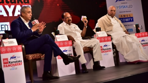 Veerappa Moily, Former Minister, Senior Leader, Congress (centre) and Mallikarjun Kharge, senior Congress leader (right) at India Today Karnataka Panchayat 2018
