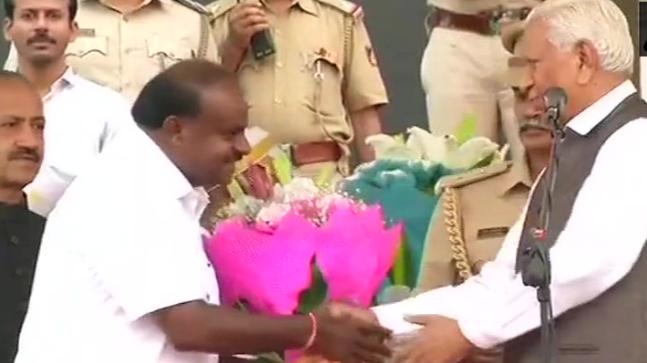 Karnataka Governor Vajubhai Vala greets HD Kumaraswamy (Photo- @ANI)