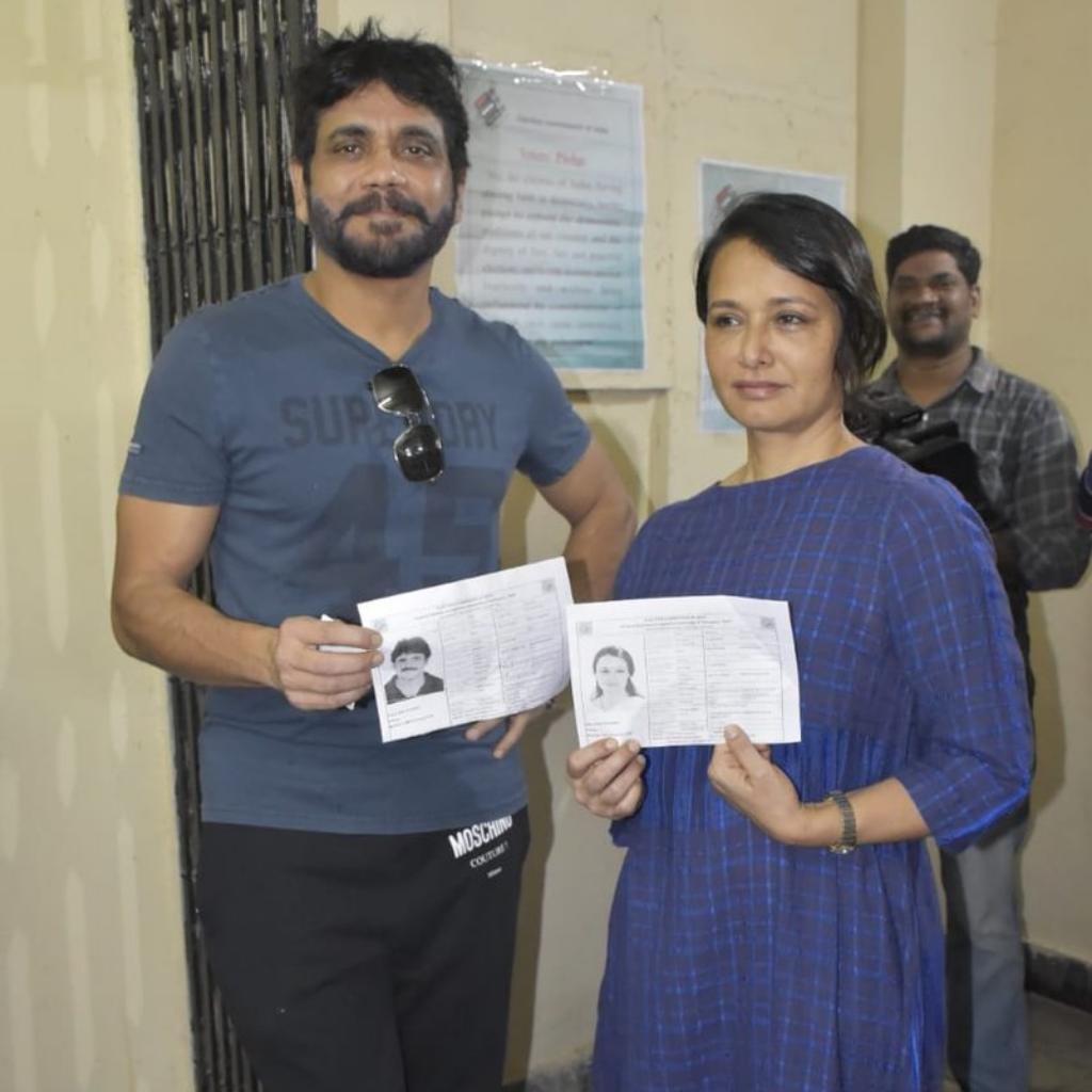Nagarjuna and Amala posing with the voter id cards