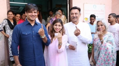 Vivek Oberoi arrived to cast his vote with his family. Photo: Yogen Shah