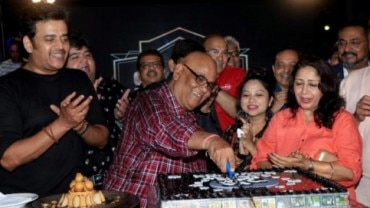 Satish Kaushik cut cake and celebrated his 63rd birthday with family and friends