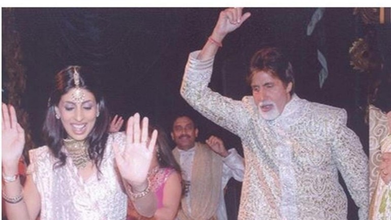A new picture of Amitabh Bachchan and Shweta Bachchan dancing at Abhishek's wedding is trending