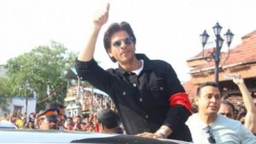 Shah Rukh Khan at the Bandra Railway Station. Photo: Yogen Shah.