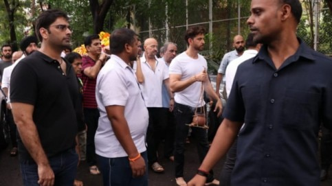 Hrithik Roshan performs last rites of grandfather J Om Prakash