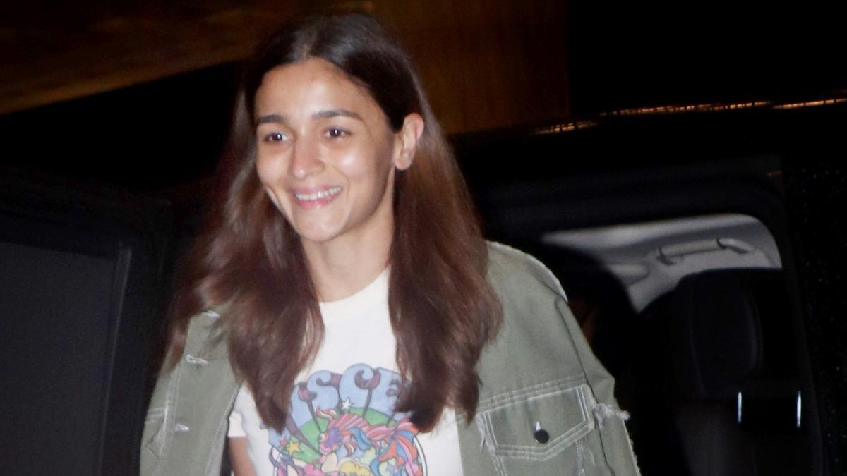 Alia Bhatt at airport Photo: Yogen Shah