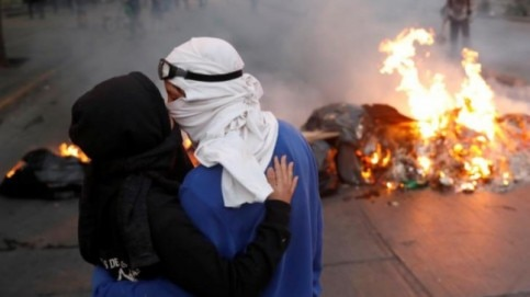 Love in times of protest, civil unrest: Photo from around the world