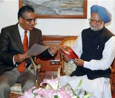Editor- in-chief of the India Today Group, Aroon Purie presents the White Paper to Prime Minister Manmohan Singh.