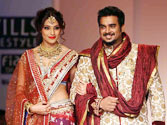 Jodi Breakers Bipasha Basu, R. Madhavan turn jodi-makers at WLIFW