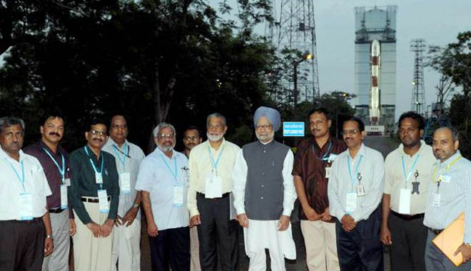 PM Manmohan Singh with ISRO scientists