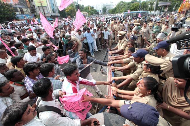 Osmania University students clash with Andhra Police in Hyderabad