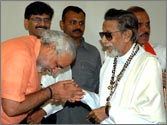 Modi visits Matoshree, offers condolence on Bal Thackeray's death