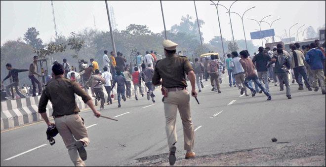 Policemen chase protesters in phase-II, Noida