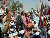 Police halt Kejriwal supporters on way to Sheila Dikshit's residence